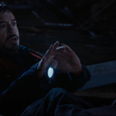 Stark apunta con su repulsor a Savin.
