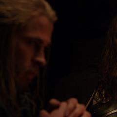 Volstagg escucha a Thor decir que necesita a Loki.