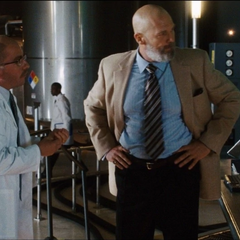 Stane reprende a Riva por no recrear la tecnología de Stark.