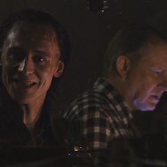 Loki influye en Selvig para que estudie el Teseracto.