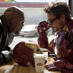 Fury y Stark tienen una conversación incómoda.