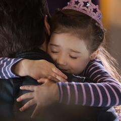 Cassandra recibe a su padre con un abrazo.