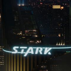 La Torre Stark se enciende por primera vez.