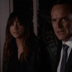 Skye es defendida por Coulson.