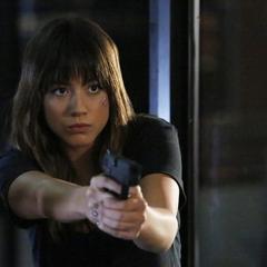 Skye le apunta su arma a Ward.