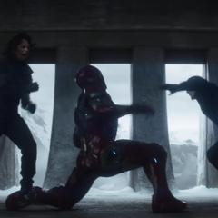 Rogers y Barnes atacando en conjunto a Stark.