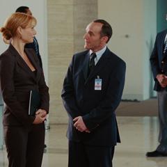 Potts conoce al agente Coulson.