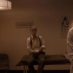 Rogers esperando en una habitación.