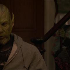 Talos y Soren escuchan la promesa de Danvers.