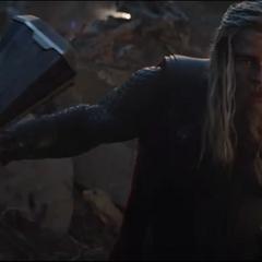 Thor invoca el Rompetormentas para seguir luchando.