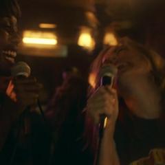 Danvers y Rambeau haciendo karaoke.
