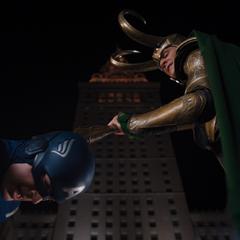 Loki dominando a Rogers.
