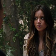 Skye le pregunta a Coulson si puede publicar algo en internet.