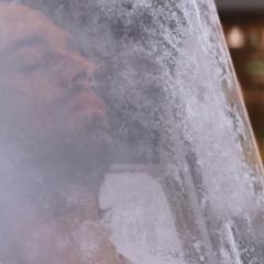Barnes es congelado dentro de una cámara.
