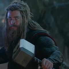 Thor sostiene el Mjolnir y el Rompetormentas.