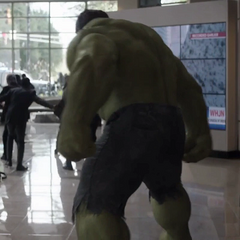Hulk asusta a los civiles dentro de la Torre Stark.