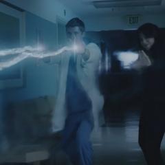 Johnson y Campbell usan sus poderes contra el monstruo.