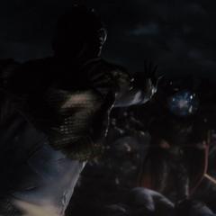 Laufey le lanza a Odín una esfera de hielo en el rostro.