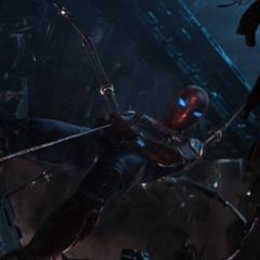Parker se apoya de las patas de araña de su armadura.