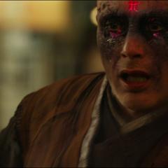 Kaecilius comienza a ser absorbido por la Dimensión Oscura.