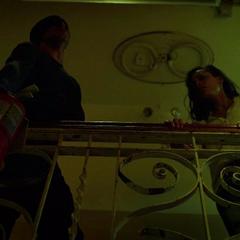 Murdock deja caer un extintor en la cabeza de un mafioso.