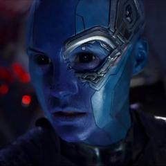 Nebula es esposada en la Milano por Gamora.