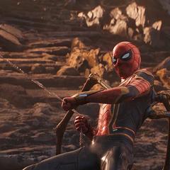 Parker se apoya de sus patas de araña para ayudar a someter a Thanos.