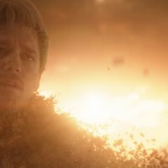 Quill muere desintegrado por el chasquido de Thanos.