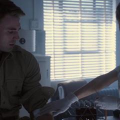 Rogers dona su sangre para ser analizada.
