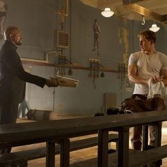 Fury le entrega a Rogers unos archivos del Teseracto.