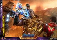 Battle Damaged Thanos Hot Toys 5