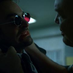Murdock escucha las amenazas de Fisk.