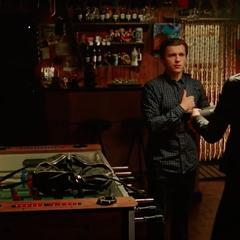 Parker recibe su traje de sigilo por la Costurera.