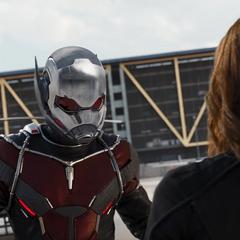 Lang confronta a Romanoff en el aeropuerto.