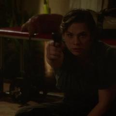 Carter le dispara al hombre enmascarado.
