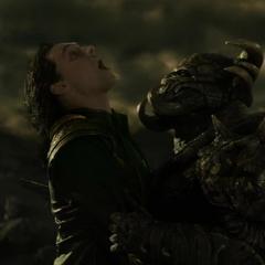 Loki arriesga su vida para eliminar a Algrim.