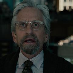 Pym le ordena a Lang abortar el robo.