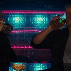 Thor y Selvig bebiendo en un bar.