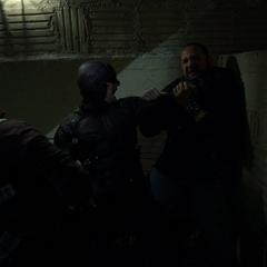 Daredevil lucha contra los Perros del Infierno.