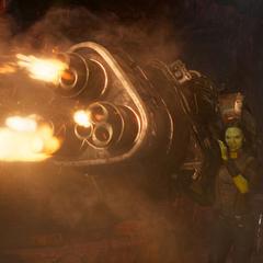 Gamora usa un arma para destruir la nave-M.