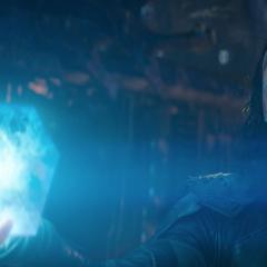 Loki revela el Teseracto en su posesión.