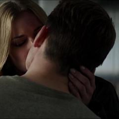 Carter finalmente besa a Rogers.