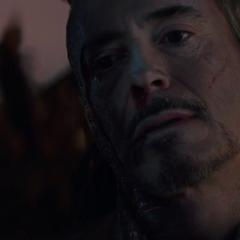 Stark muere rodeado por su esposa y amigos.