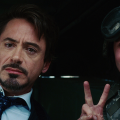 Stark tomándose una foto con un soldado.