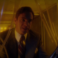 Jarvis amenaza con dispararle a Brannis.