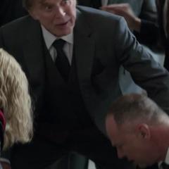Pierce pide un médico para Stark.