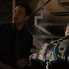 Stark escucha el discurso de Ultrón.