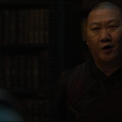 Wong se presenta a Strange.