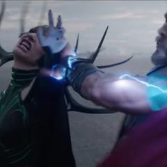 Hela es sometida por Thor.