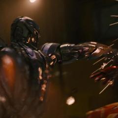 Ultrón y Stark luchan en el buque de Klaue.